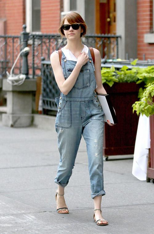 Эмма Стоун в джинсовом комбинезоне и босоножках