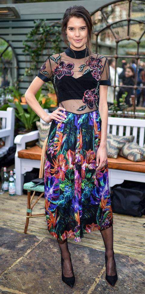 Сара Маклин в ярком платье