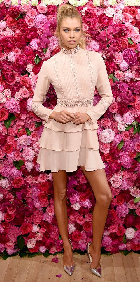 Стелла Максвелл в кокетливом платье