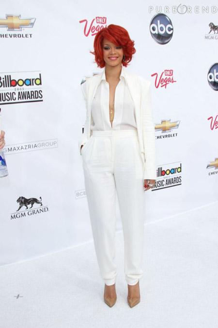 Рианна в белом костюме