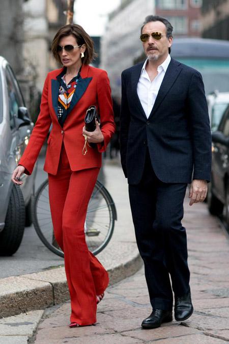 Женщина в красном брючном костюме