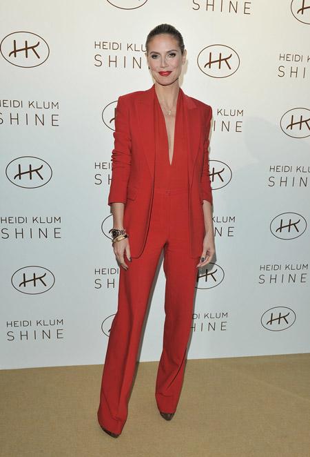 Хайди Клум в красном костюме
