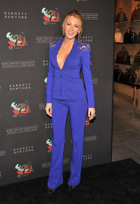 Блэйк Лайвли в синем брючном костюме