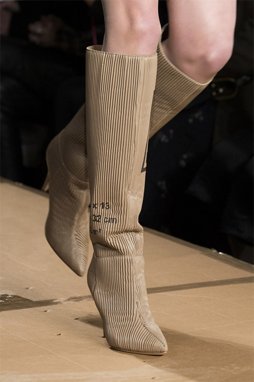 Модные сапоги от Moschino из коллекции осень 2017 / зима 2018