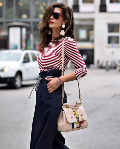 Девушка в полосатом лонгсливе и синих брюках