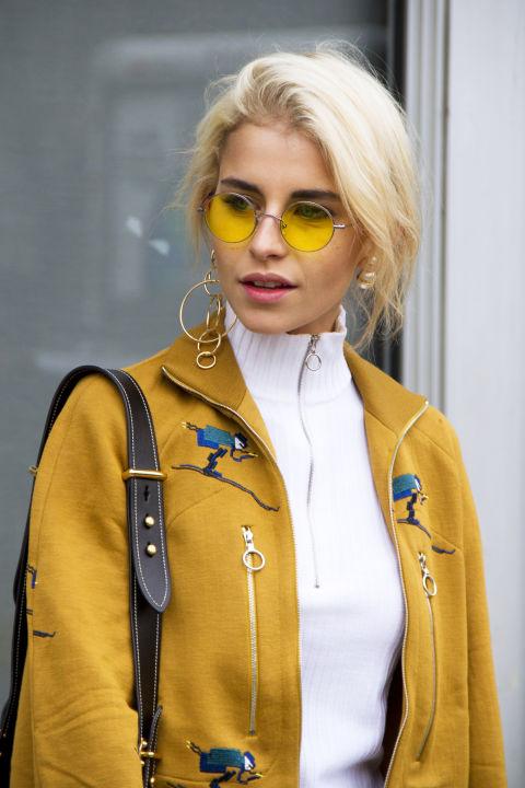 Модель в круглых очках с желтыми линзами