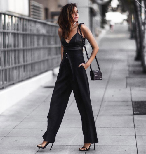 Девушка в широких брюках, топе и босоножках