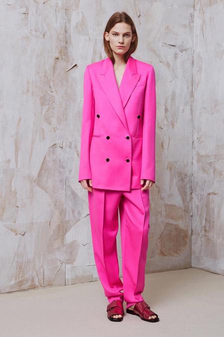 Девушка в розово брючном кстюме