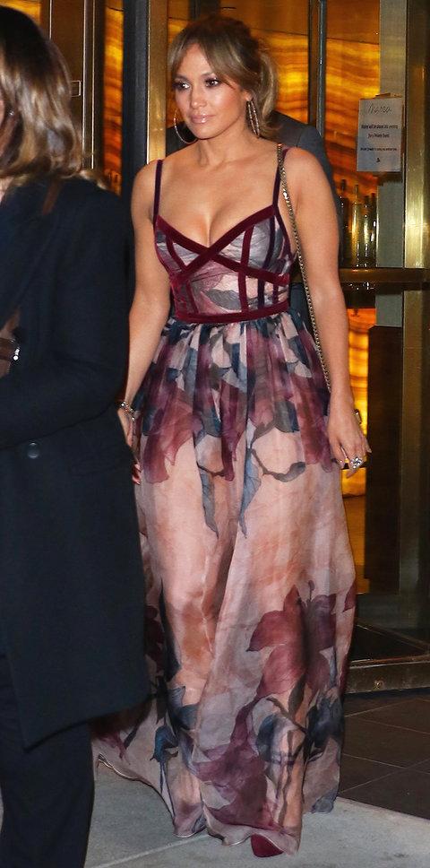 Дженнифер Лопес в платье с цветочным принтом