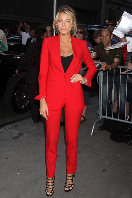 Блэйк Лайвли в красном костюме