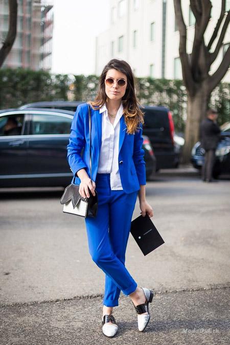 Девушка в синем брючном костюме