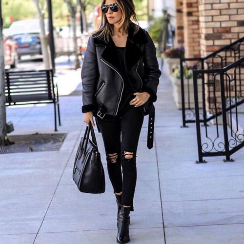 Девушка в рваных джинсах и кожаной куртке
