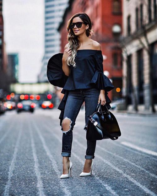 Девушка в джинсах и оригинальном топе