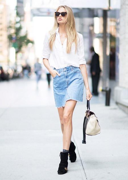 Роми Стрейд в джинсовой юбке и заправленной вовнутрь блузке