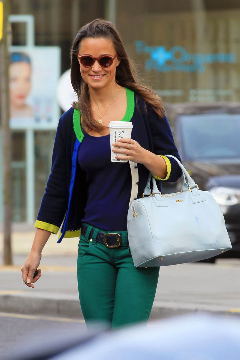 Пиппа Миддлтон в зеленых штанах и синей футболке
