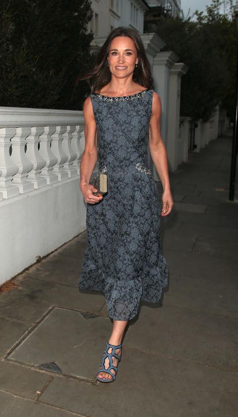 Пиппа Миддлтон в легком платье и сандалиях