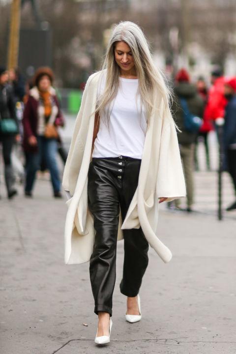 Для того, чтобы сделать образ еще более гламурным, подбери пару кожаных штанов или брюки с высокой талией, к которым можно добавить легкий свитер с асимметричным белым молоком.