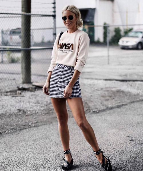 Девушка в мини юбке и свитшоте - стильный образ на лето 2017