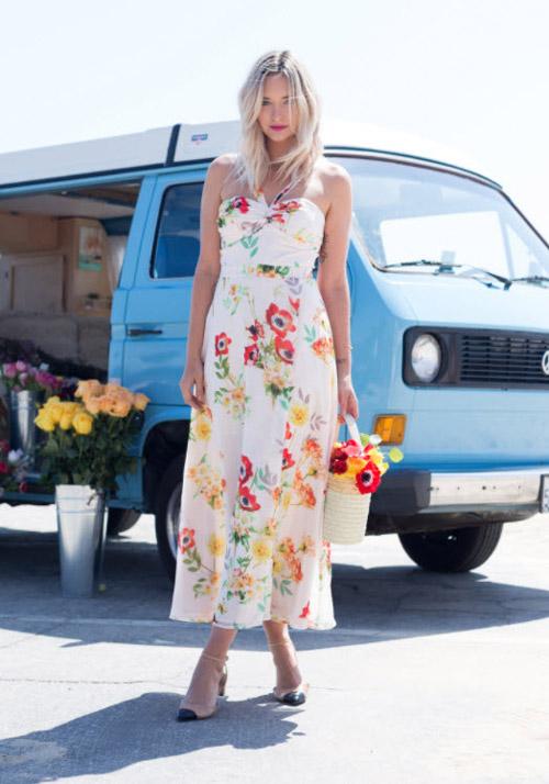Девушка в длинном цветочном платье - стильный образ на лето 2017