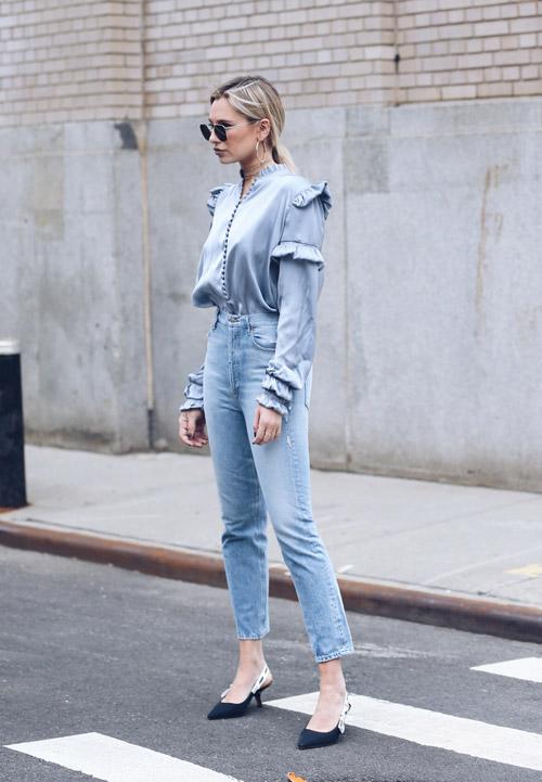 Девушка в джинсах, блузе и лодочках - стильный образ на лето 2017
