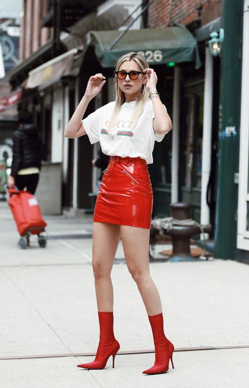 Девушка в красной мини юбке, белой футболке и красных туфлях - стильный образ на лето 2017