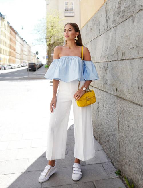 Девушка в голубом топе и белых блузках - стильный образ на лето 2017