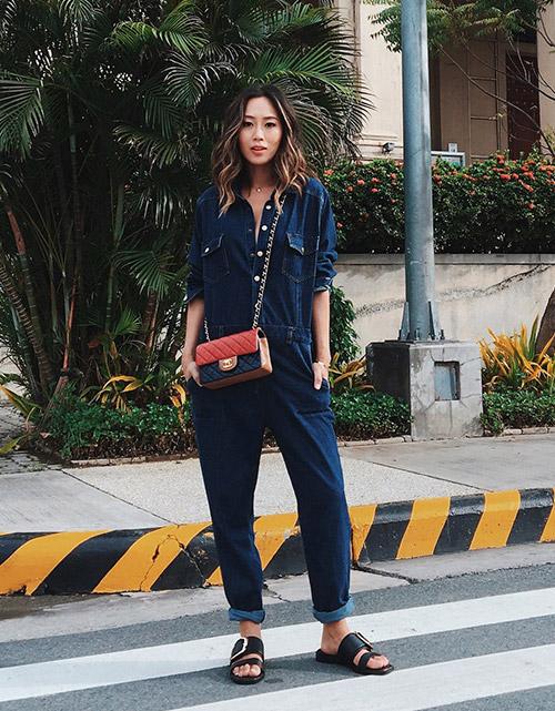 Девушка в джинсовом комбинезоне и шлепанцах - стильный образ на лето 2017