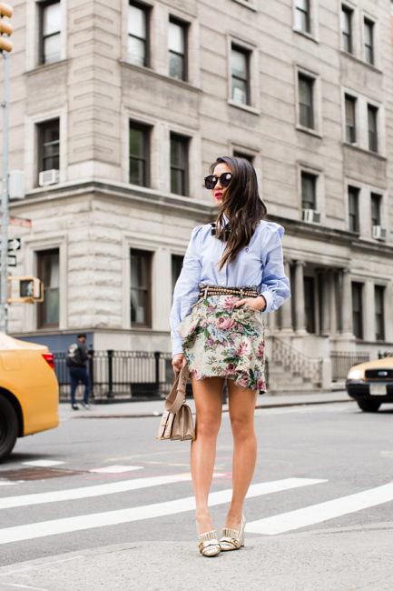 Девушка в блузе и цветочной мини юбке - стильный образ на лето 2017