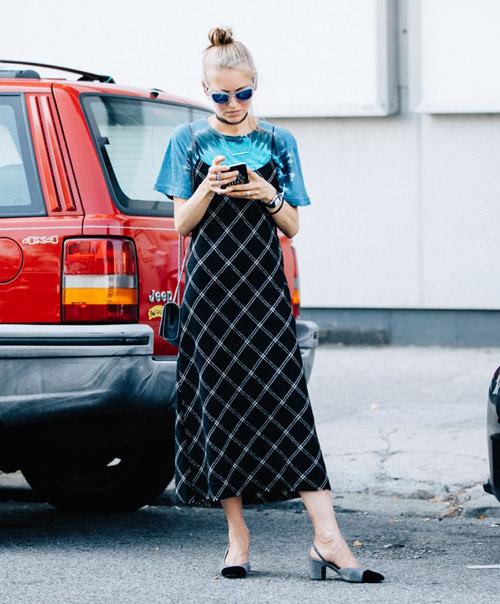 Девушка в черном сарафане и футболке - стильный образ на лето 2017