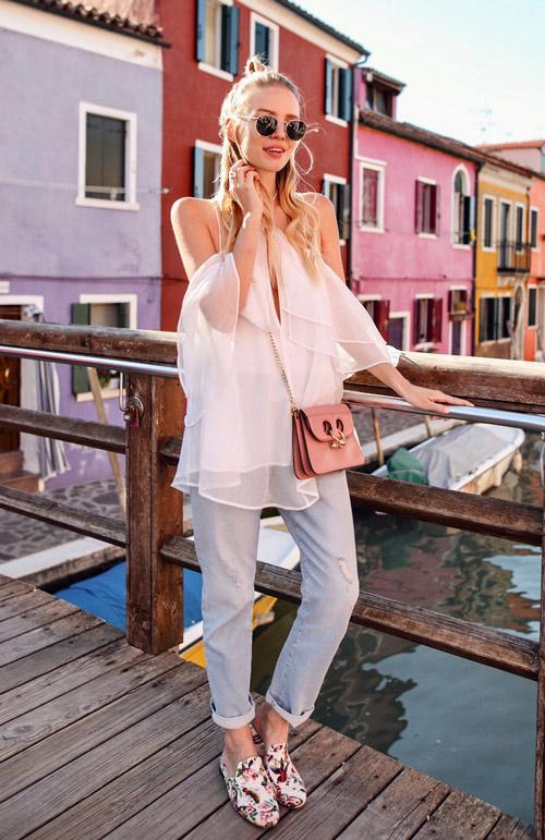 Девушка в мокасинах, джинсах и топе - стильный образ на лето 2017