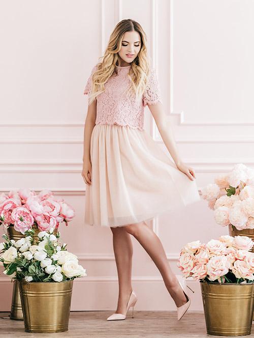 Девушка в нежно розовой юбке и топе - стильный образ на лето 2017