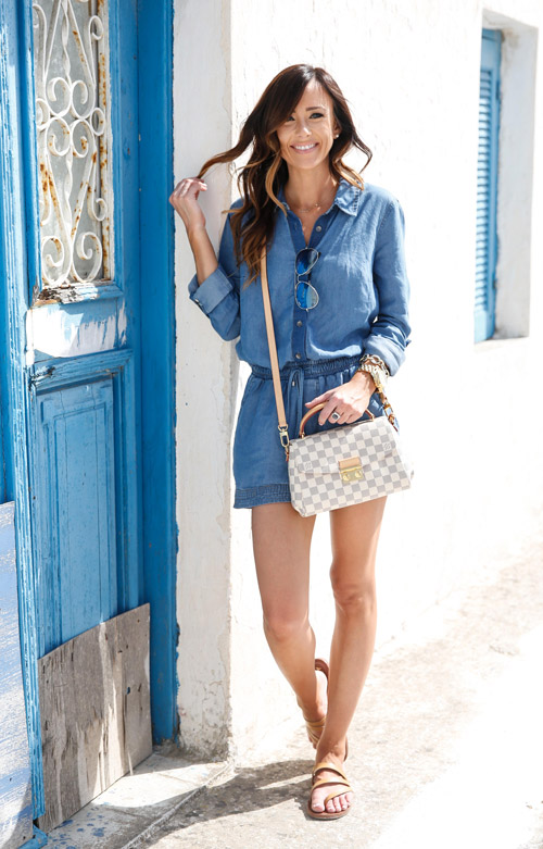 Девушка в синем джинсовом комбинезоне - стильный образ на лето 2017