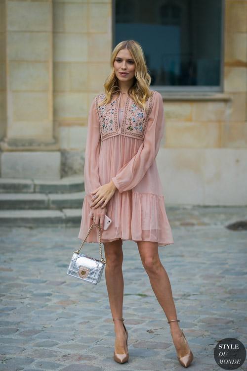Девушка в в светло-розовом коротком платье - стильный образ на лето 2017