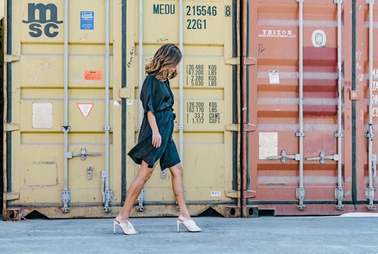 Девушка в в черном свободном платье и белых босоножках - стильный образ на лето 2017