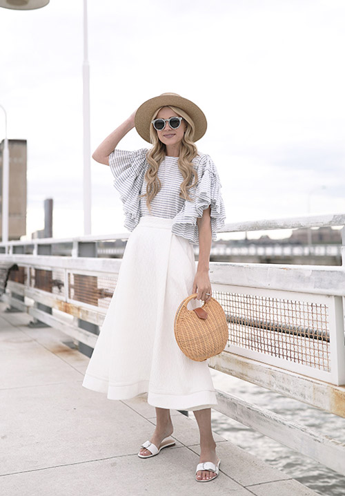 Девушка в белой юбке миди и топе с воланами - стильный образ на лето 2017