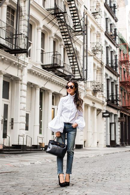 Девушка в в блузе с рукавами фонариками и джинсах - стильный образ на лето 2017