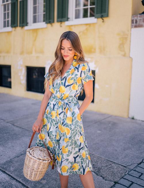 Девушка в платье с принтом апельсинового дерева - стильный образ на лето 2017