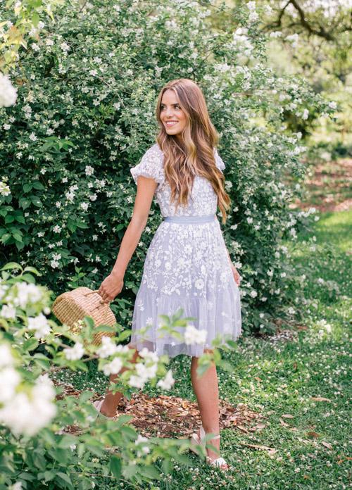Девушка в сиреневом легком платье - стильный образ на лето 2017
