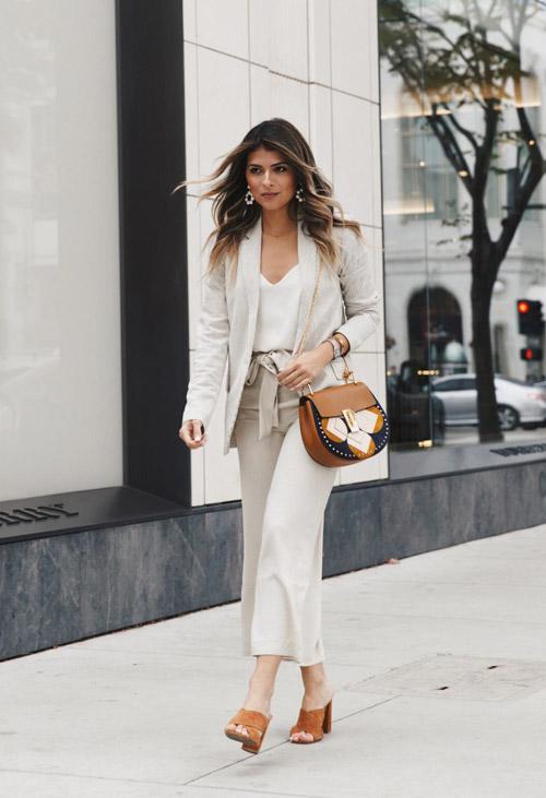 Девушка в легком костюме с широки брюками и жакетом - стильный образ на лето 2017
