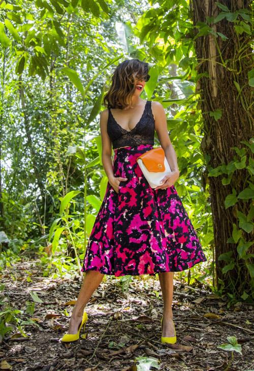Девушка в яркой юбке миди и неоновых лодочках - стильный образ на лето 2017