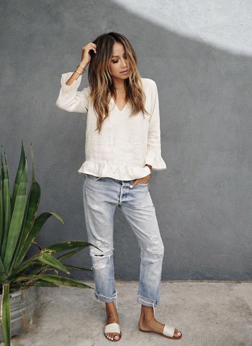 Девушка в топе, рваных джинсах и шлепанцах - стильный образ на лето 2017