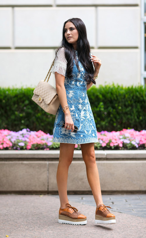 Девушка в джинсовых сарафанах и криперсах - стильный образ на лето 2017