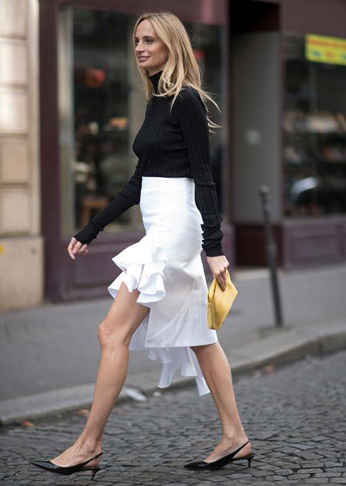 Девушка в юбке с воланами и туфлях на низком каблуке - стильный образ на лето 2017