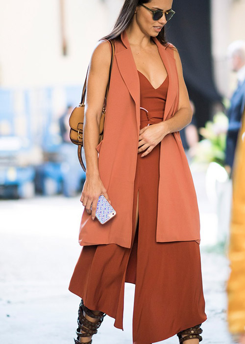 Адриана Лима в коричневом платье и гладиаторах - стильный образ на лето 2017