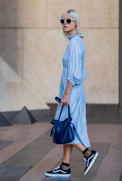 Девушка в голубом платье и кроссовках - стильный образ на лето 2017