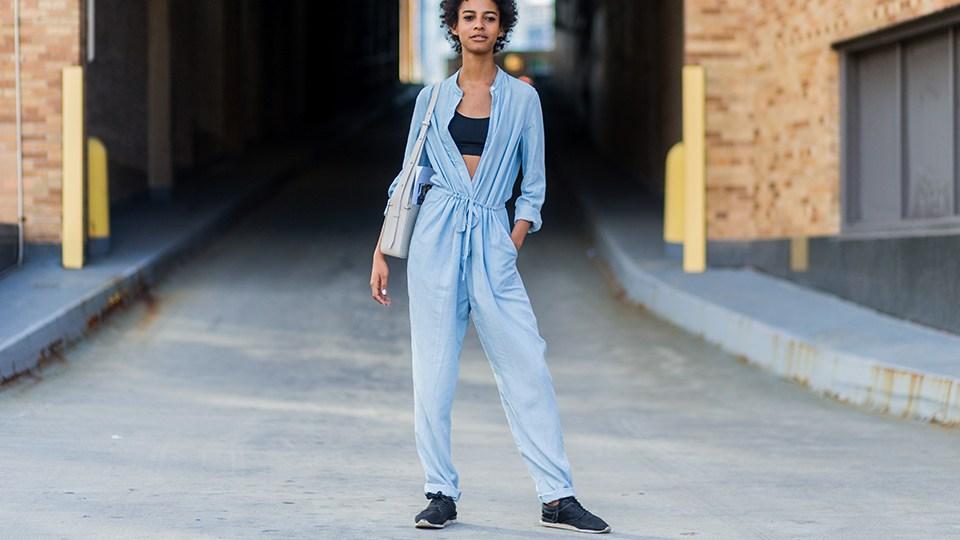 Девушка в голубом комбинезоне и кроссовках - стильный образ на лето 2017