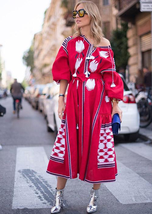 Девушка в платье халате и серебристых ботильонах - стильный образ на лето 2017