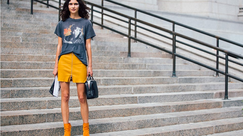 Девушка в футболке с принтом и желтой мини юбке - стильный образ на лето 2017