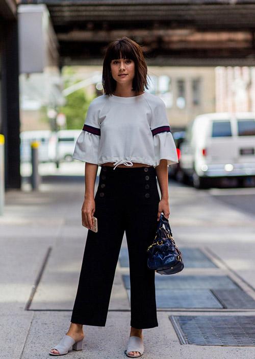 Девушка в в широких черных брюках и шлепанцах - стильный образ на лето 2017