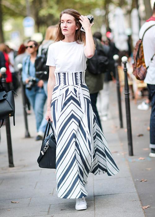 Девушка в длинной юбке с высокой талией и белой футболке - стильный образ на лето 2017